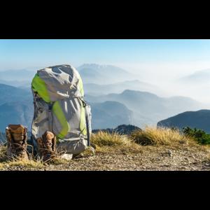 Wanderausrüstung. Rucksack und Stiefel Berg Gipfel