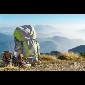 Wanderausrüstung. Rucksack und Stiefel auf Berg