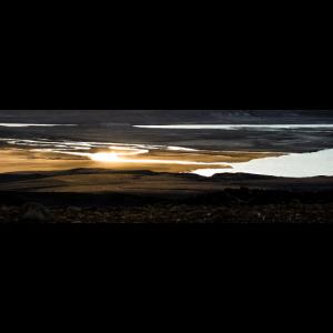 Goldener Sonnenuntergang mit See Fluss in Island