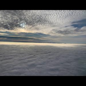 Zwischen Himmel Und Weißen Wolken Im Blauen Himmel