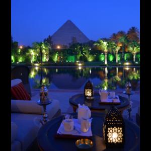 Cafe mit Aussicht zur Pyramide und See