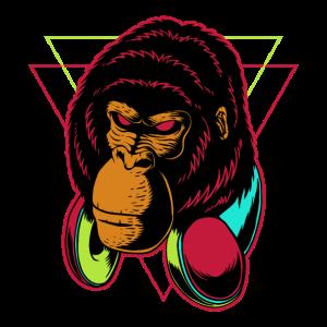 Gorilla das Kopfhörer trägt mit Zungenpiercing