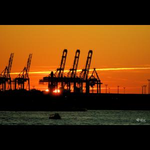 Hamburg bei untergehender Sonne im roten Licht