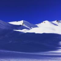 Blaue und weiße Schnee-Berge