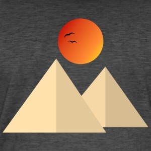 Pyramid in the desert - Men's Vintage T-Shirt
