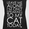 Leave me Alone, I'm only speaking to my cat today. - Naisten U-kaula-aukkoinen t-paita