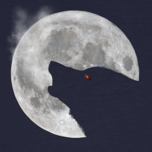 Wolf howling in front of moon - Men's Organic T-shirt