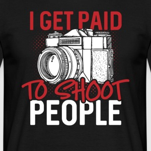 I get paid to shoot people - Männer T-Shirt