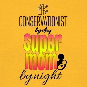 Conservationist by day and super mom by night - Männer T-Shirt