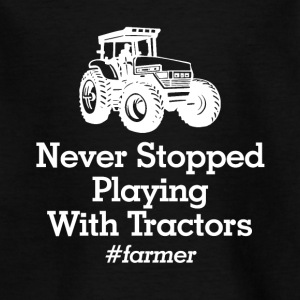 playinmg with tractors - Kinder T-Shirt