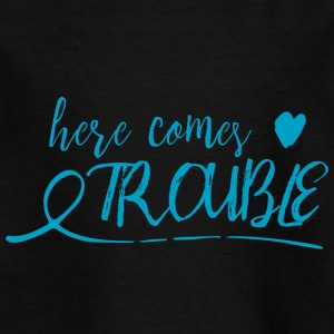 here comes trouble - blau - Kinder T-Shirt