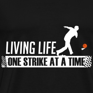 Living Life One Strike At A Time Bowling - Männer Premium T-Shirt