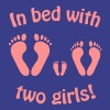 In bed with two girls - daddy and his girls - Papa´s Girls - dad, father, vatertag - Camiseta premium hombre