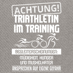 Achtung, Triathletin im Training - Snapback Cap