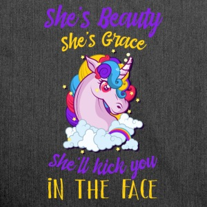 Shes beauty shes grace she´ll kick you in the face - Schultertasche aus Recycling-Material