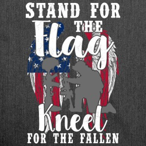 Stand For The Flag - Kneel For The Fallen - Schultertasche aus Recycling-Material