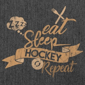 EAT SLEEP HOCKEY REPEAT - Schultertasche aus Recycling-Material