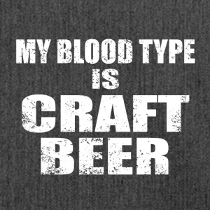 By blood type is craft beer - Schultertasche aus Recycling-Material