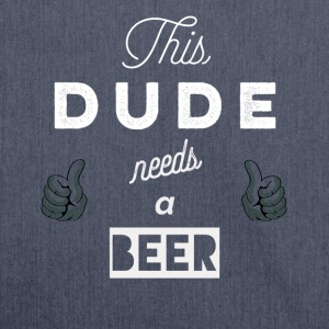 This_dude_needs_a_beer_ camiseta y sudadera - Bandolera de material reciclado