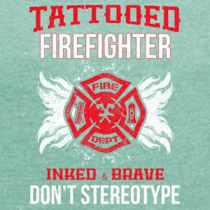 Tattooed firefighter no stereotype - Women's T-shirt with rolled up sleeves