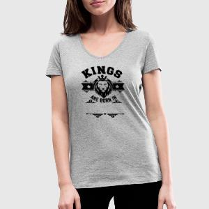 kings are born in (your Text) T-shirts - T-shirt med v-ringning dam