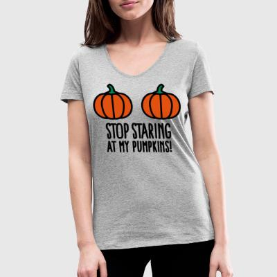 Stop staring at my pumpkins - Halloween boobs T-shirts - Vrouwen bio T-shirt met V-hals van Stanley & Stella