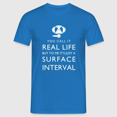 Real Life vs Surface Interval Männer-T-Shirt - Männer T-Shirt