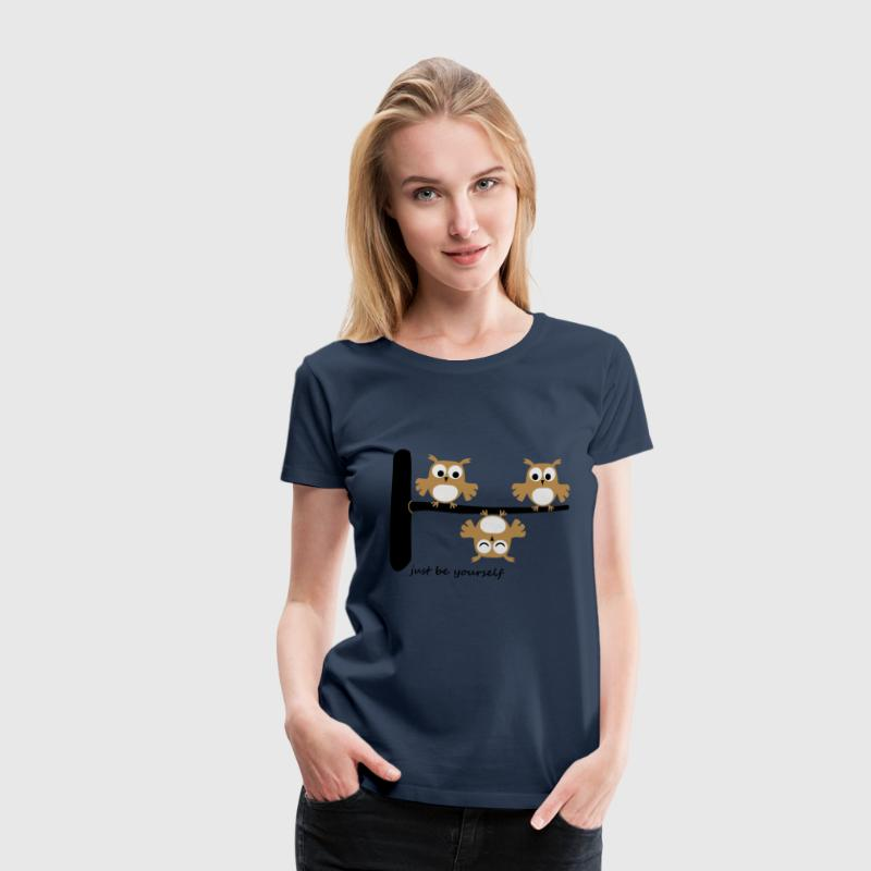 lustige Eulen funny Owls Comic Baum be youself T-Shirts - Frauen Premium T-Shirt