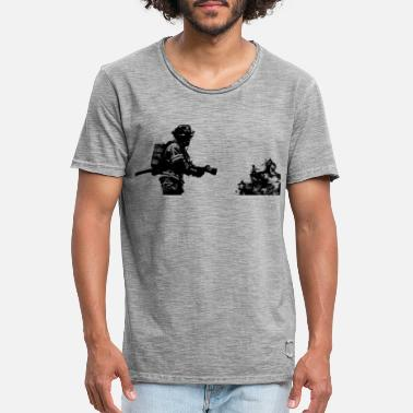 FireFighter in action ! - T-shirt vintage Homme