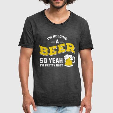 I'm Holding A Beer So Yeah I'm Pretty Busy - Männer Vintage T-Shirt