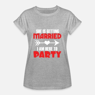 She Getting Married She is getting married in the here to party - Women's Oversize T-Shirt