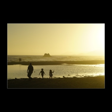 Family enjoys the sunset at the sea - 30x20 cm Poster