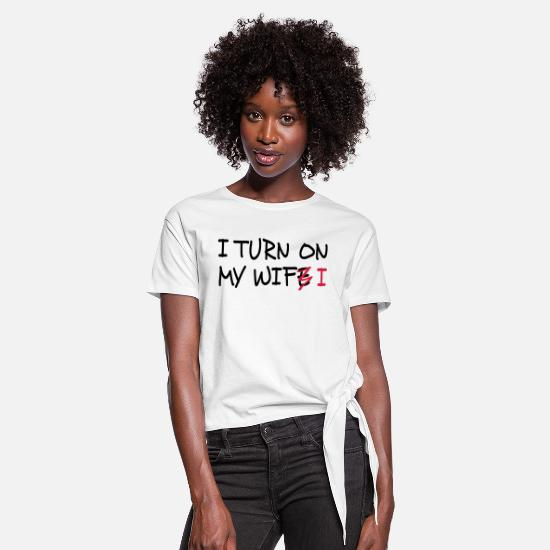 Code T-Shirts - I turn on my wife / I turn on my wifi I 2c - Women's Knotted T-Shirt white