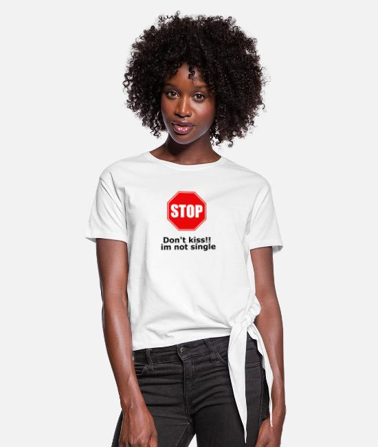 Single T-Shirts - Dont kiss im not single stop - Women's Knotted T-Shirt white