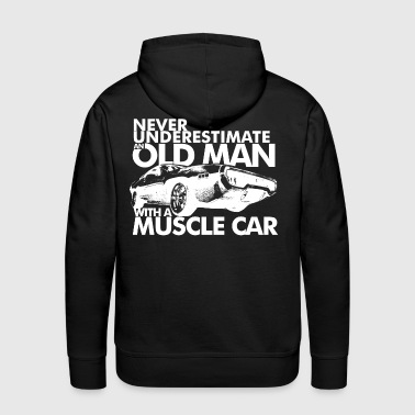 NEVER UNDERESTIMATE AN OLD MAN WITH A MUSCLE CAR W - Sweat-shirt à capuche Premium pour hommes
