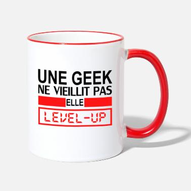 une geek ne vieillit pas elle level up - Two-Tone Mug