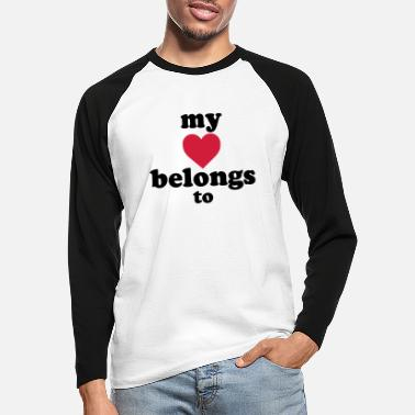 Text my heart belongs to + text - Männer Baseball Langarmshirt