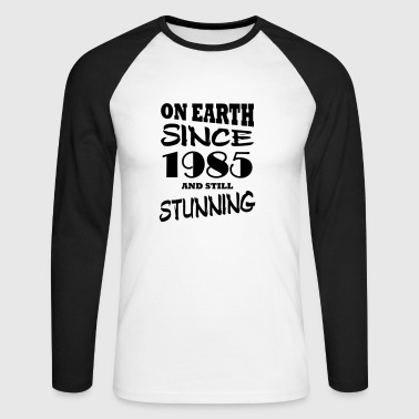 On earth since 1985 and still stunning - Men's Long Sleeve Baseball T-Shirt