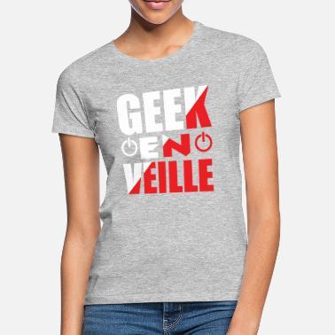 e9cce2b9a5dff Humour Drôle Anniversaire Noël Fête Père Mère Frère Soeur Enfant Tonton  Tata Oncle Geek en veille. T-shirt Femme.