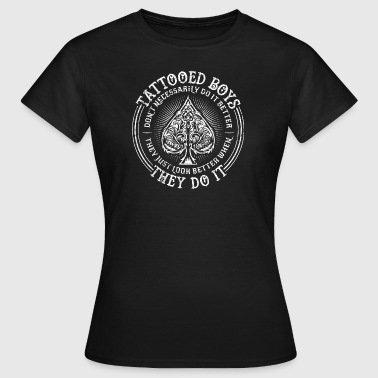 Tattoo Quotes> Boys Look Better When They Do It - Vrouwen T-shirt