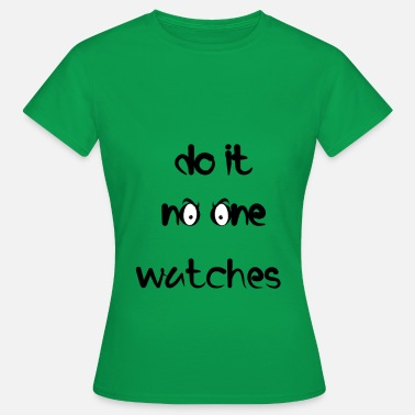 no one watches - Vrouwen T-shirt