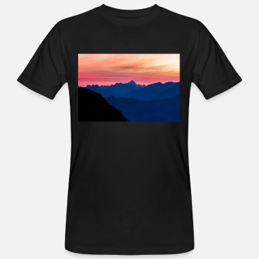 Spectacular blue mountain range silhouettes and pink - Men's Organic T-Shirt