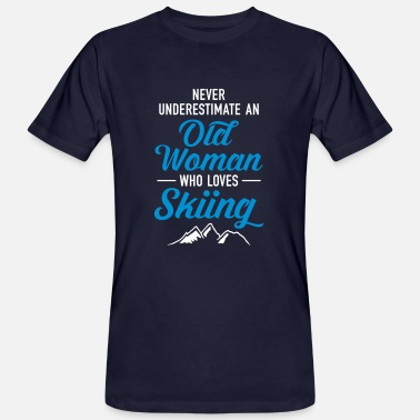 Underestimate Never Underestimate An Old Woman Who Loves Skiing - Männer Bio-T-Shirt