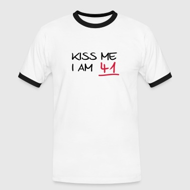kiss me i am 41  birthday (es) - Camiseta contraste hombre
