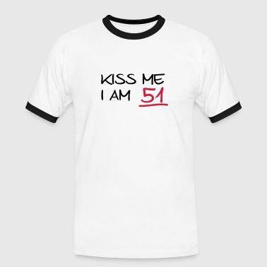 kiss me i am 51  birthday (es) - Camiseta contraste hombre
