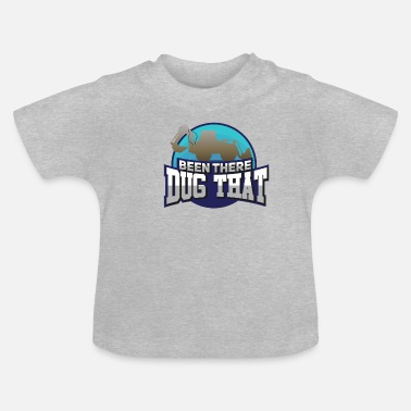 Persoon HEAVY EQUIPMENT GIFT: Het is daar gegraven - Baby T-shirt