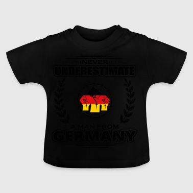 Never underestimate man Roots GERMANY png - Baby T-Shirt