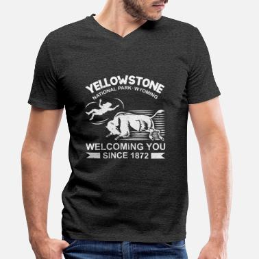 Stone Yellow Stone Welcoming you since 1872 - Männer Bio T-Shirt mit V-Ausschnitt