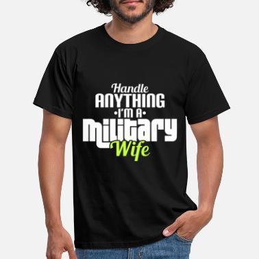 Handle HANDLE ANYTHING I'M A MILITARY WIFE - Männer T-Shirt