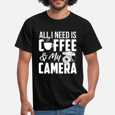 All All I Need Is Coffee And My Camera - Fotograf - Männer T-Shirt
